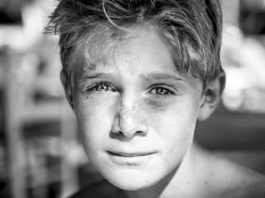 Ung gutt med fregner